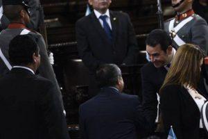 El mandatario saluda al diputado y militar retirado retirado Edgar Ovalle Foto:Oliver de Ros