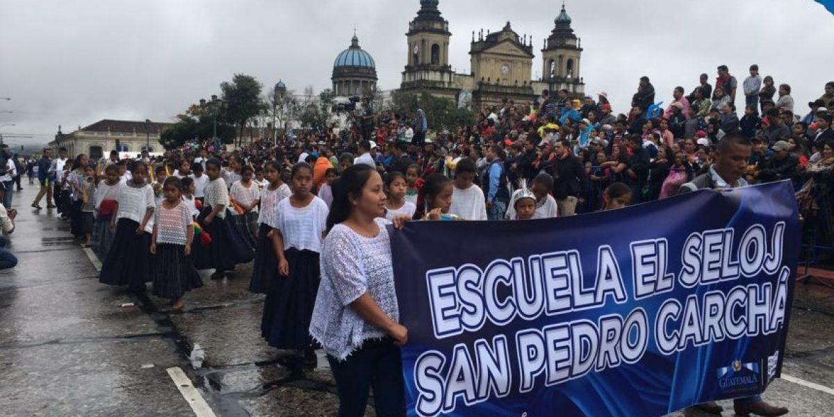 ¡Bien preparados para la lluvia! Alumnos de Alta Verapaz encabezan desfile con