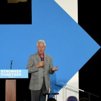Y su esposo, el expresidente Bill Clinton Foto: Getty Images