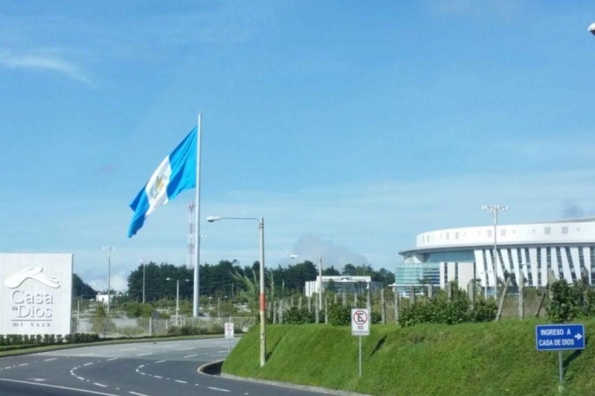 La nueva bandera en Casa de Dios. Foto:Cortesía