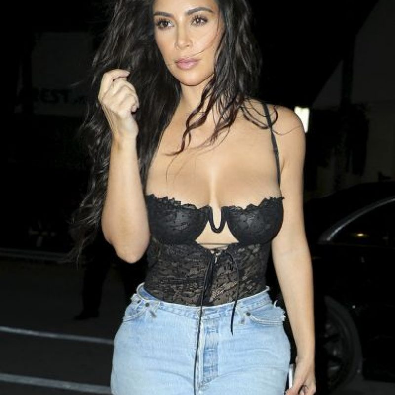 Grosby Group Foto: Photo © 2016 Splash News/The Grosby Group Miami, Sept 16, 2016 Kim Kardashian looking stylish rocking a black lingerie top with ripped jeans and snakeskin boots as she heads to a photo studio in Miami.