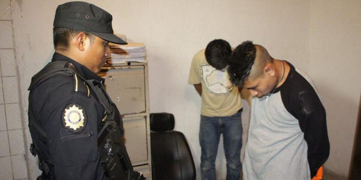 Capturan a dos personas con arma de fuego y motocicleta robada
