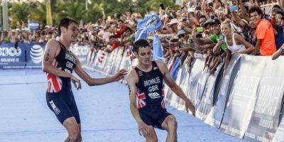 VIDEO. El triatleta que ayudó a su hermano a cruzar la meta antes de que este se desmayara