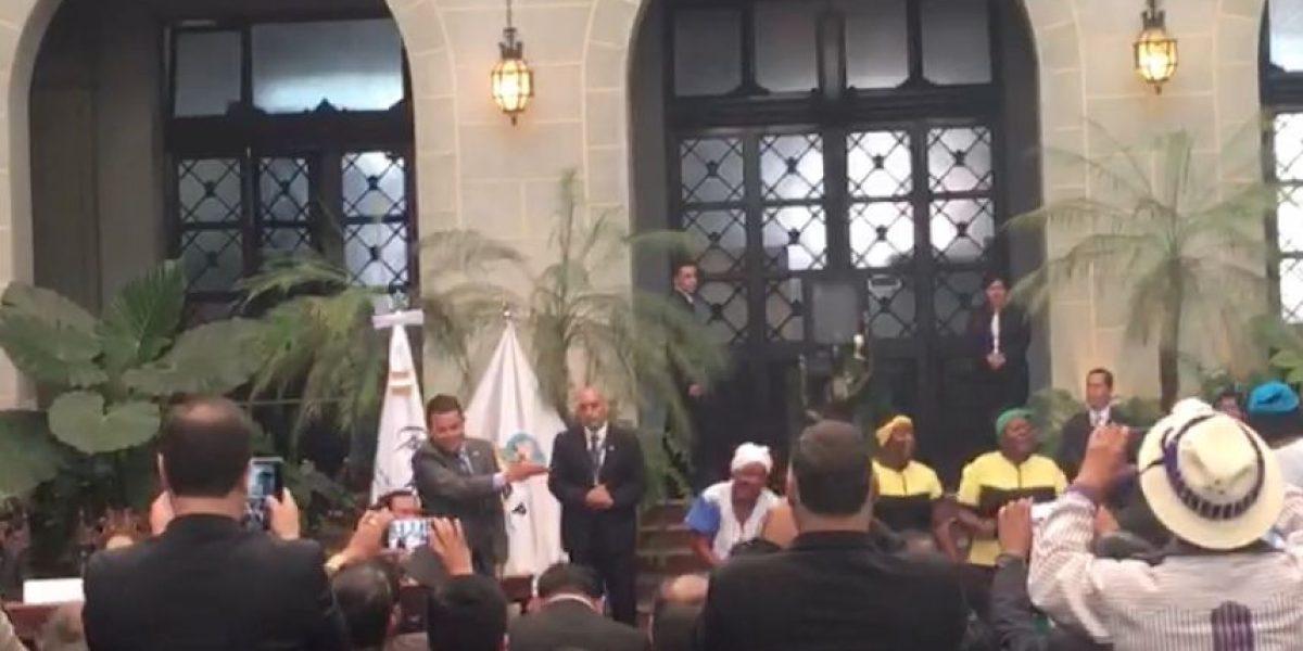 VIDEO. Jimmy Morales rompe protocolo durante acto oficial y baila con garífunas