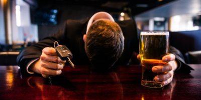 Novia enfurecida le hace algo horrible al miembro de su pareja por estar borracho