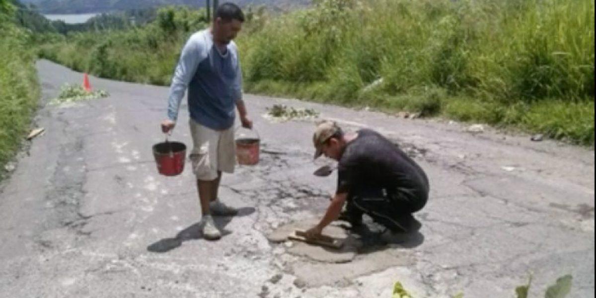 VIDEO. Vecinos de Amatitlán reparan carretera ante indiferencia de instituciones