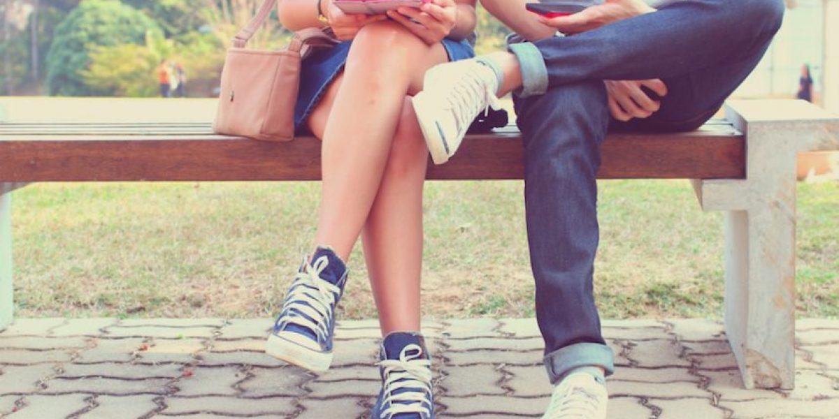 ¿Las parejas felices comparten menos de su relación en Facebook?
