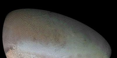 Foto:Tritón, luna de Neptuno. Los géiseres activos en Triton arrojan gas nitrógeno, haciendo de esta luna uno de los mundos activos conocidos en el sistema solar exterior. Las características volcánicas y fracturas marcan su superficie fría y helada, que son probablemente el resultado del calentamiento de marea pasada. Un océano bajo la superficie en Triton se considera posible, pero no se ha confirmado.