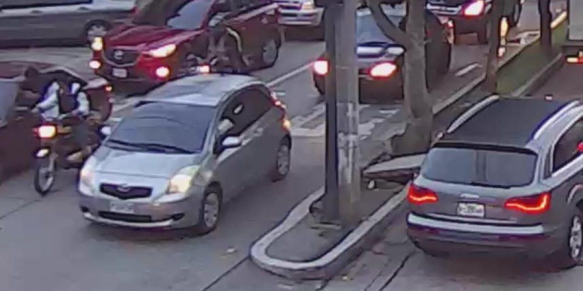 Atropella a presuntos motoladrones, se dan a la fuga, pero cámaras de vigilancia permiten su captura