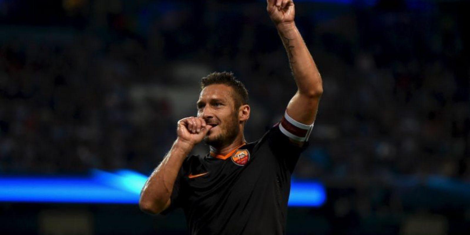 Francesco Totti tiene a su haber otro récord. Además de los que suma con la Roma, Il Capitano es el jugador más viejo que ha anotado en Champions League por su tanto anotado ante el CSKA Moscú en la temporada 2014/2015, cuando tenía 38 años y superó la marca de Ryan Giggs. Foto:Getty Images