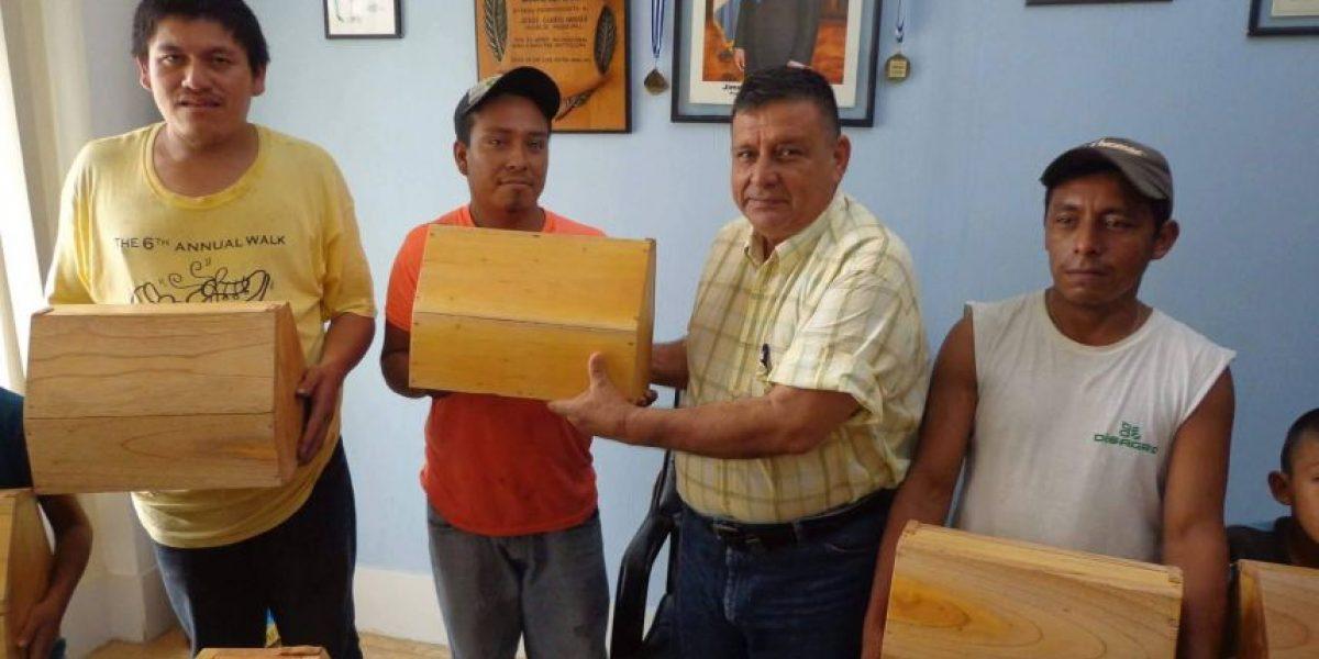 Alcalde que donó cajas para lustrar dice que su acción fue satanizada