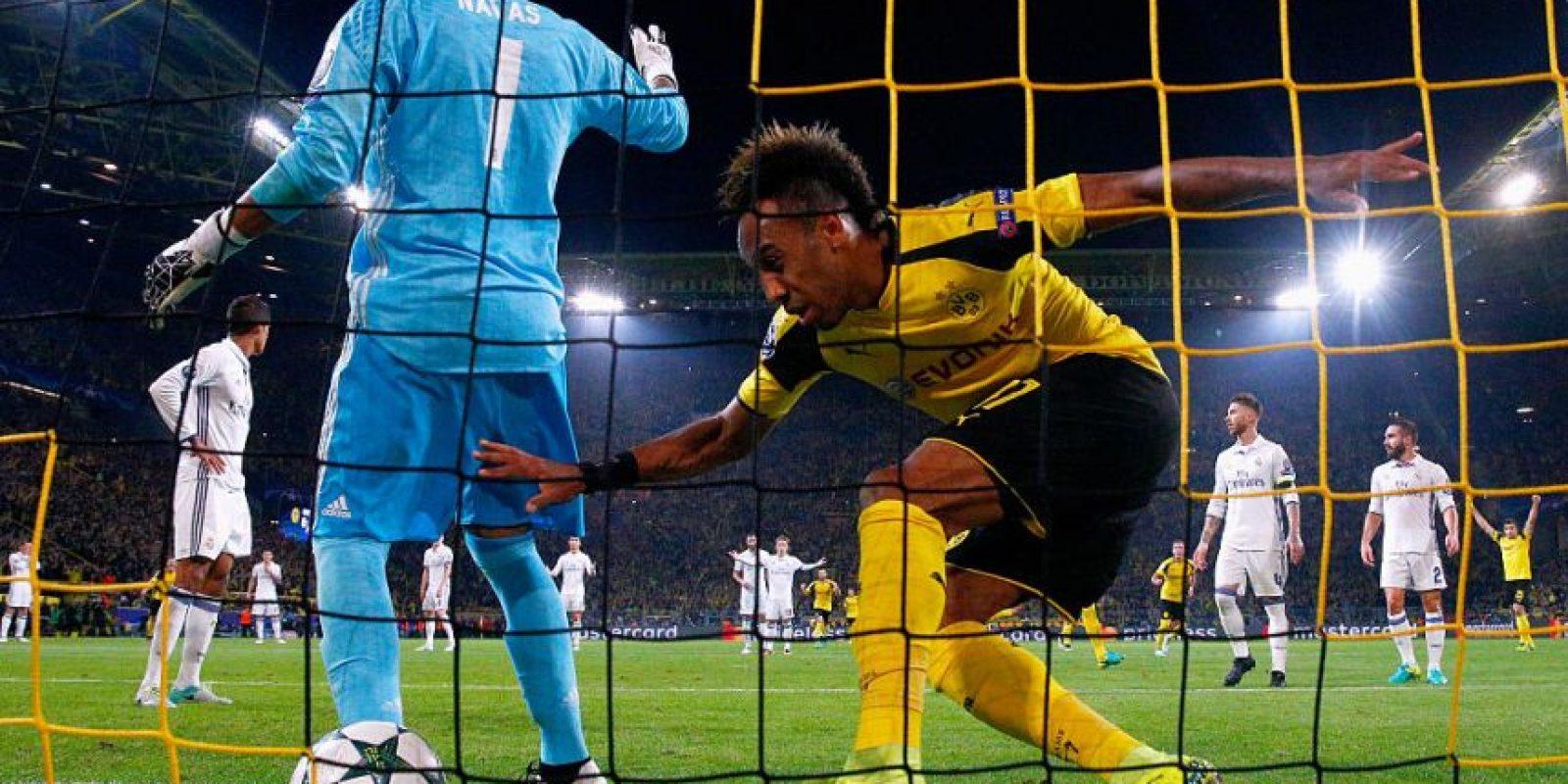 Getty Images Foto:La decisión le costó caro al Real Madrid y provocó el primer gol de Borussia Dortmund.