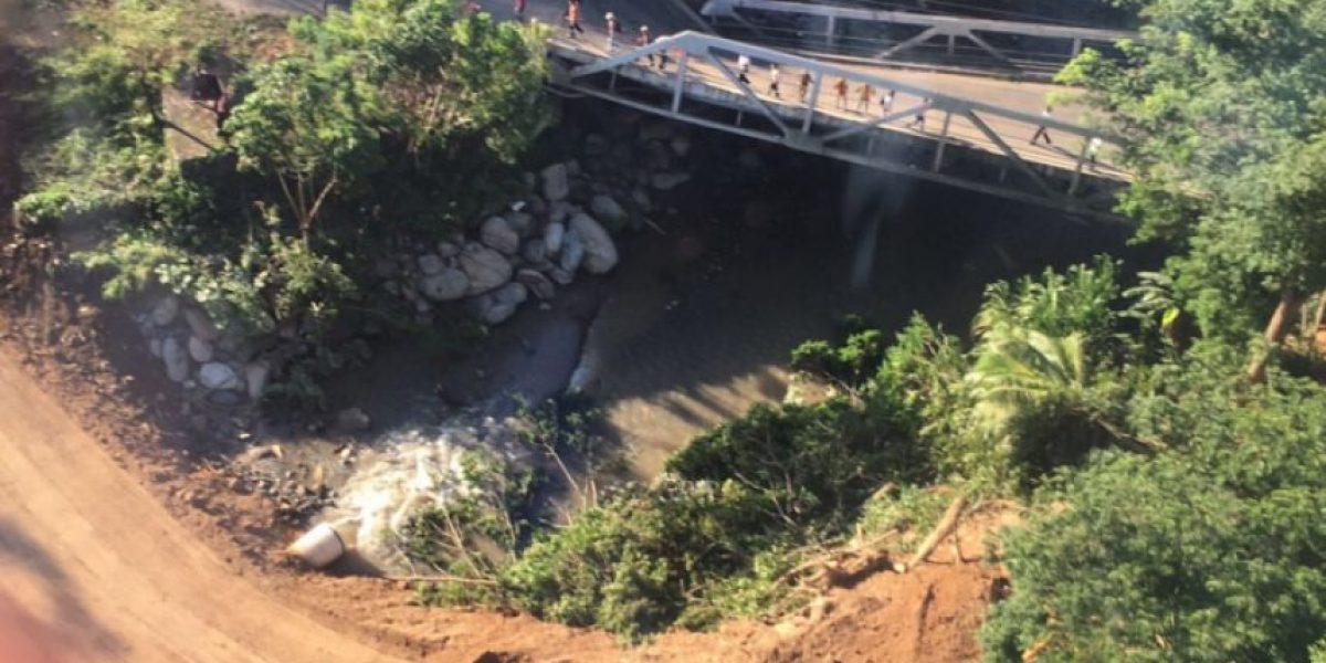 Habilitan paso en Mayuelas a un costado del puente colapsado