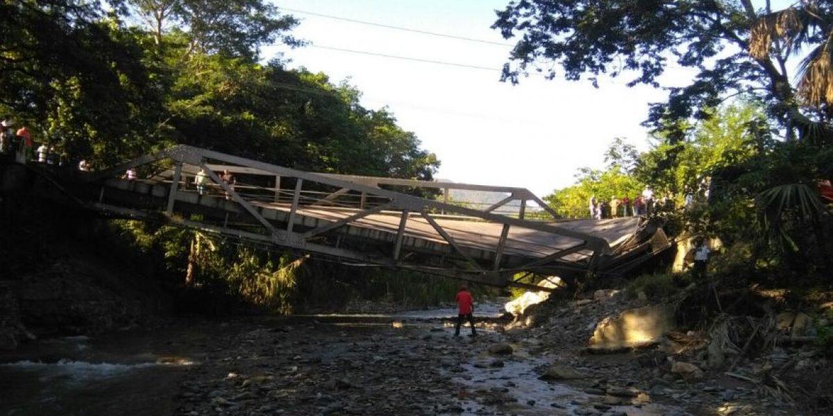 Puente en Mayuelas, Zacapa, colapsa y se bloquea el paso al Atlántico