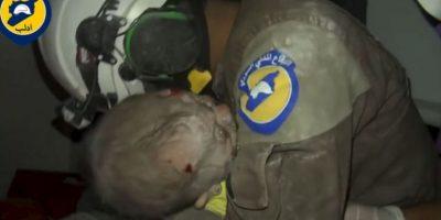 VIDEO: Rescatista llora desconsolado al salvar a una bebé de un bombardeo en Siria