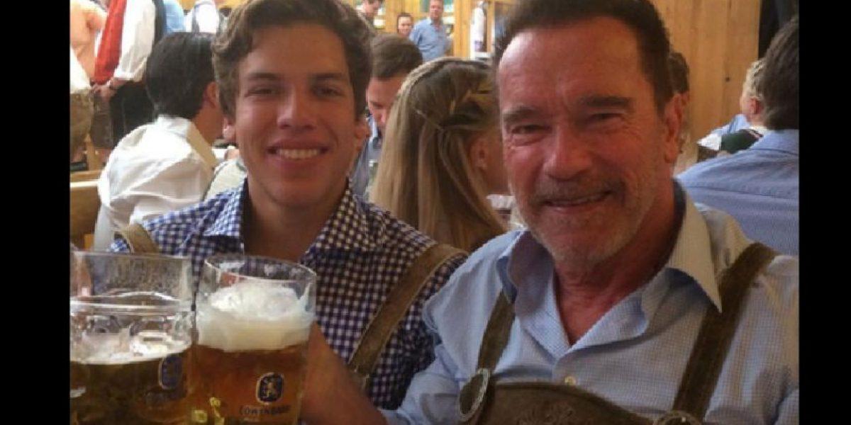 Hijo de Schwarzenegger con guatemalteca celebra el Oktoberfest con el actor