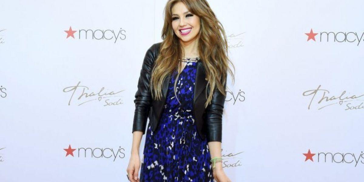 VIDEO: Thalía fue desvestida por sus fans en pleno concierto