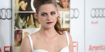 Luciendo un look varonil, Kristen Stewart acude a alfombra roja en topless