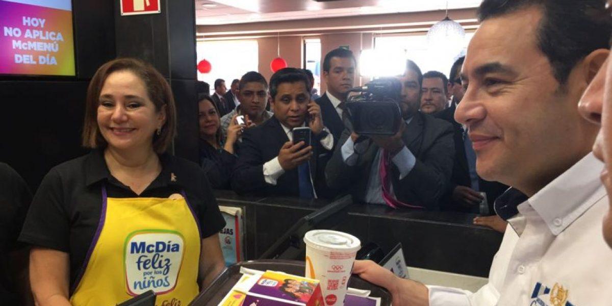 Presidente Jimmy Morales participa en el McDía Feliz comprando un Big Mac