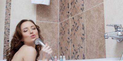 Tres beneficios de cantar en la ducha que te encantarán
