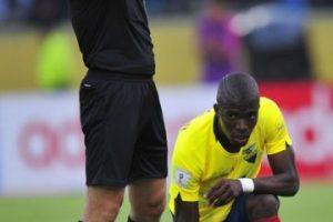 AFP Foto:El delantero de Ecuador tuvo una extraña lesión en el partido ante Chile