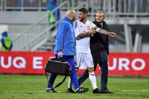 El defensor español, Sergio Ramos, abandona la cancha tras sufrir una lesión en un partido de eliminatorias contra Albania. Foto:AFP