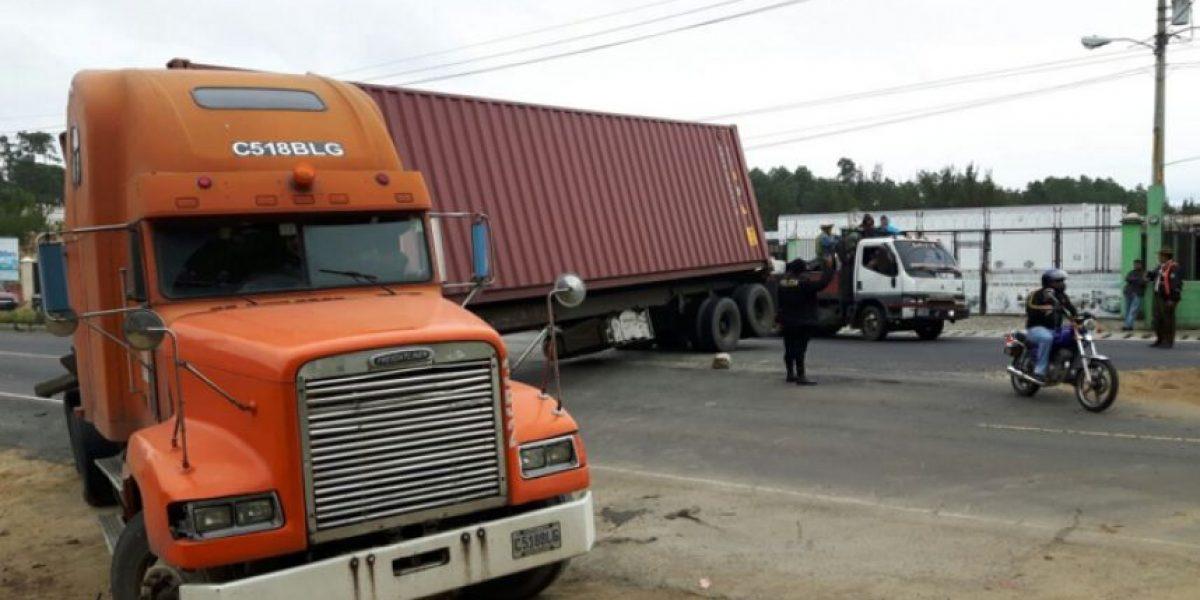 Tráiler obstruye tres carriles en la ruta Interamericana occidente