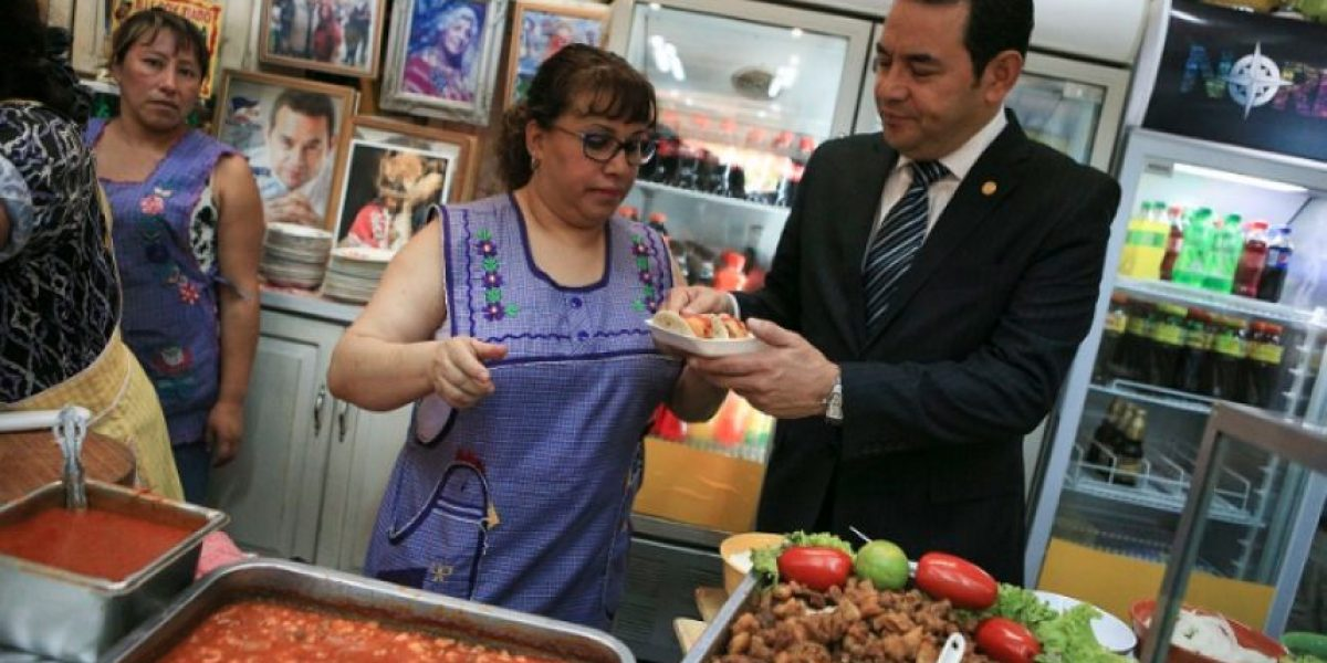 Tortillas con pacaya y salsa de tomate, el menú del presidente en su visita al Mercado Central