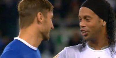 Magia intacta: Ronaldinho se lució con un pase con la espalda