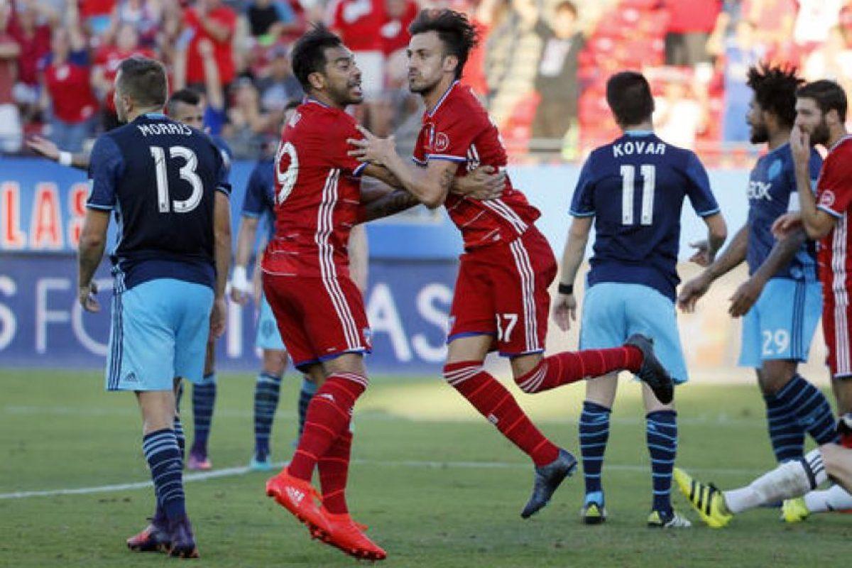 Carlos Ruiz apareció en el momento oportuno para el FC Dallas en la victoria contra los Sounders. Foto:AP