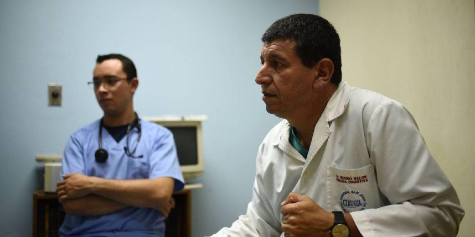 El doctor Sergio Ralón (derecha), jefe de cirugía de la Clínica de mama del Hospital General y el cirujano Esteban Arriaza. Foto:Oliver de Ros