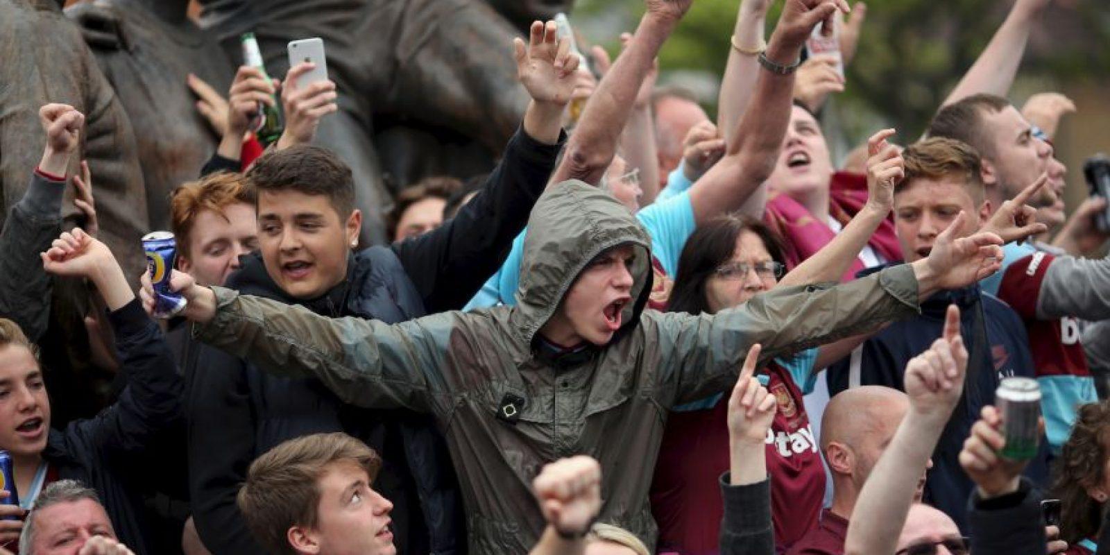 Getty Images Foto:Otra de las famosas barras peligrosas que existen en Inglaterra. En la temporada pasada, cuando jugaron su último partido en Upton Park, se despidieron lanzando piedras y latas de cerveza al bus del Manchester United, su rival de turno en aquel día.