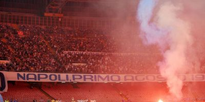 Getty Images Foto:Sus facciones de la barra más conocidas son 1979 y Ultras Napoli. Son reconocidos por su violencia y su rivalidad con los equipos del norte de Italia, debido al racismo que existe entre ambos extremos del país. Hace poco, en 2014, retrasaron el inicio de la final de la Copa de Italia ante Fiorentina, ya que le lanzaron bengalas a la policía.