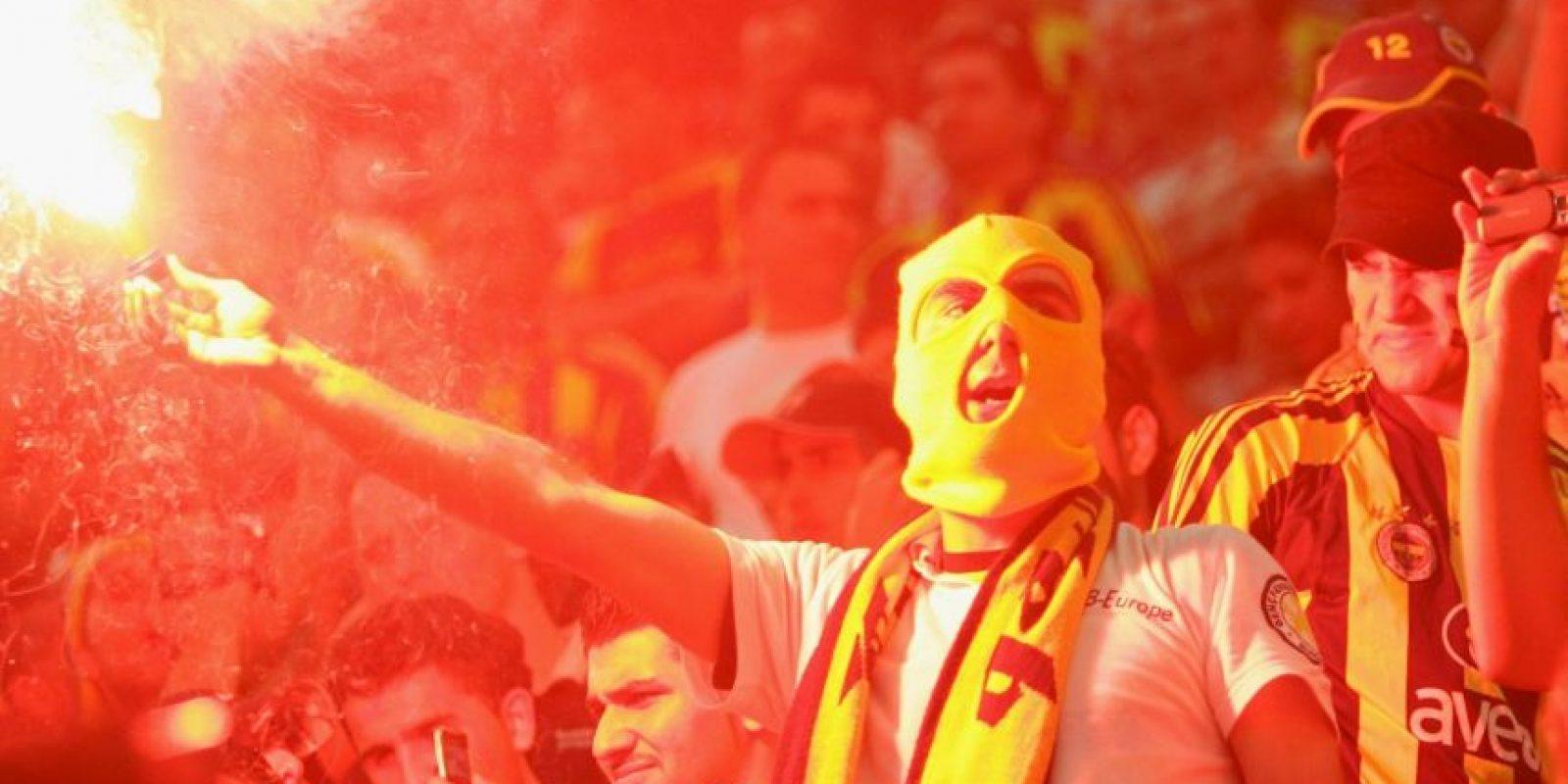 Foto:Las hinchadas turcas no podían faltar en este listado. Las hinchadas de los dos equipos más grandes del fútbol turco son reconocidas por crear un verdadero infierno en su estadio cada vez que juegan, demostrando su gusto por las bengalas. Incluso, en 2010, los hinchas de Fenerbahce incendiaron su estadio por un error de la megafonía que los había proclamado como campeones sin que lo fueran.