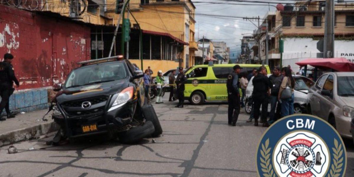 Ladrón es vapuleado por peatones y una patrulla se accidenta en el Centro Histórico de Guatemala