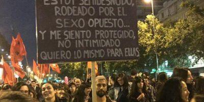 Hombre acudió a protesta #NiUnaMenos con cartel que se viralizó, pero su expareja lo contradice