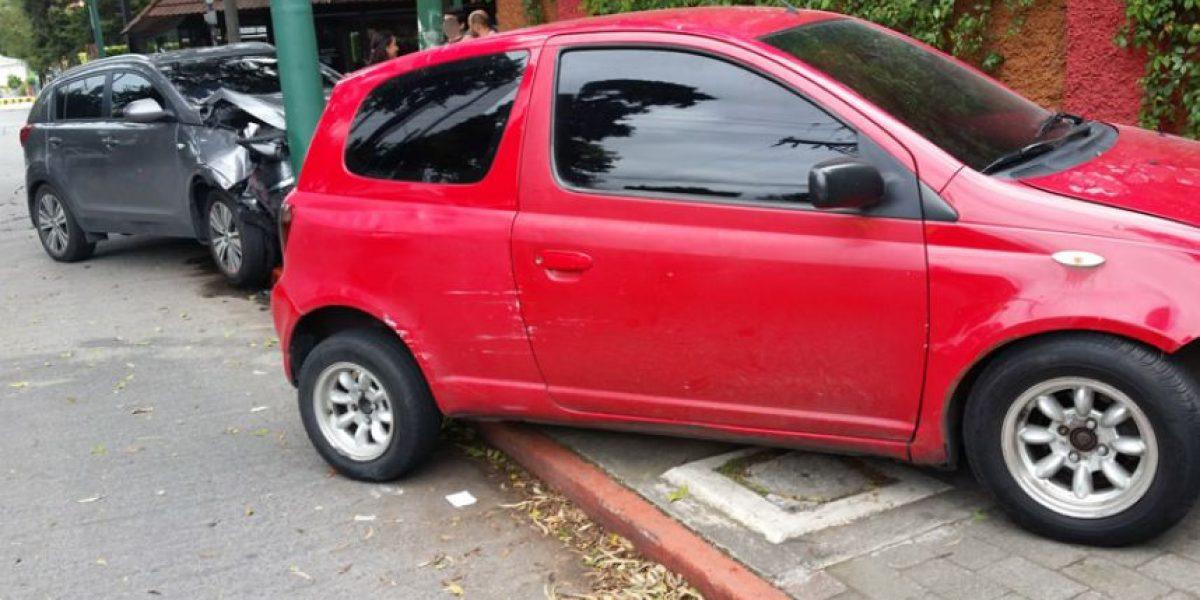 Dos vehículos protagonizan aparatoso accidente en la 10a. calle de la zona 10