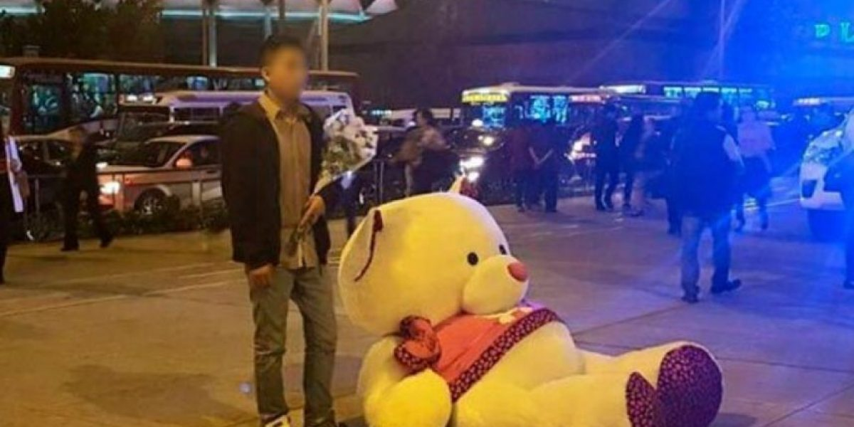 Locura de amor. Joven pasa la vergüenza de su vida con gigantesco oso de peluche