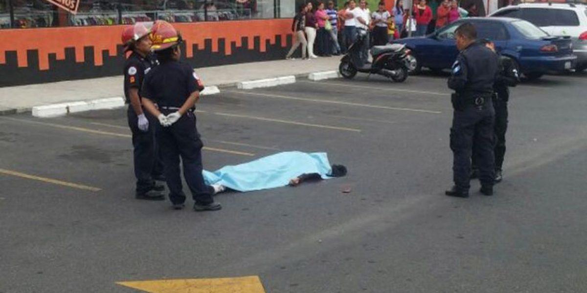 Asesinan a una persona en el parqueo de comercio de zona 17
