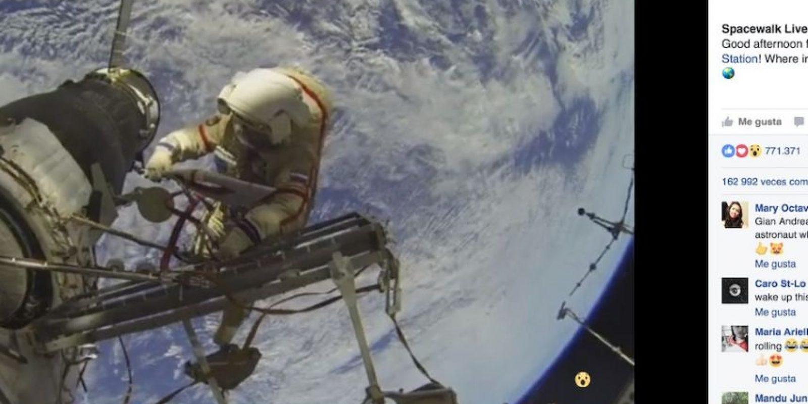Facebook Foto:En el que aparecen astronautas rusos con la antorcha de los Juegos Olímpicos de Invierno de Sochi 2014