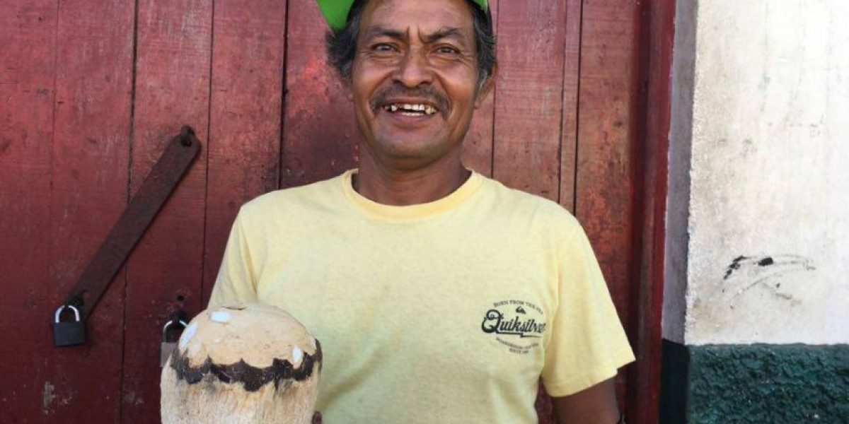 Germán dejó sus aventuras en el mar para compartir la alegría de sus cocos en Champerico
