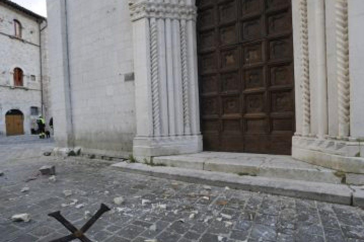 AP Foto:Una cruz cayó desde la fachada de la Iglesia de Santa María, una iglesia gótica que data de 1200, en la pequeña ciudad de Visso en el centro de Italia