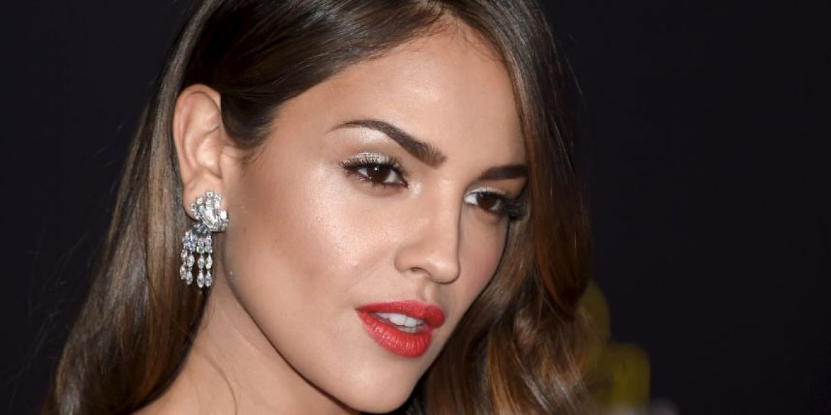 Eiza González presume sensual traje utilizado en serie de Netflix