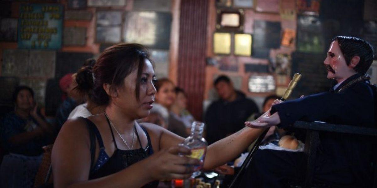 Guatemaltecos veneran a San Simón acompañados de tabaco y aguardiante