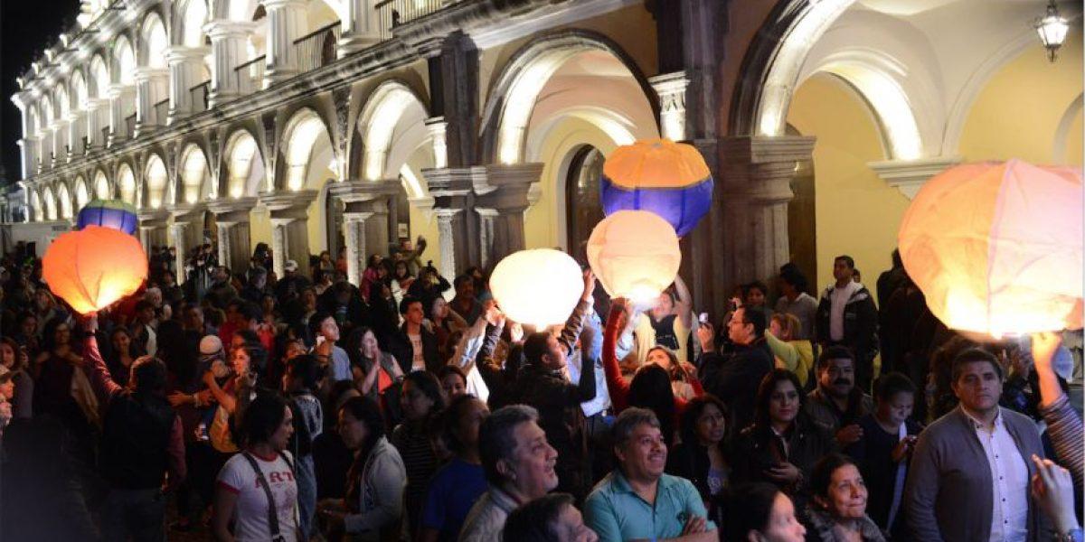 VIDEO. Cientos de personas elevan globos con fuego en Antigua Guatemala