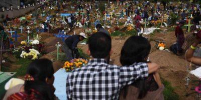 Flores, velas y lágrimas se conjugan en los cementerios