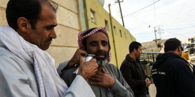 Un hombre irakí se afeita la barba mientras un grupo de civiles se resguarda del fuego dentro de una mezquita del poblado de Gogjali, a cientos de metros de la frontera este de Mosul, durante la ofensiva gubernamental contra el grupo Estado Islámico, el 2 de noviembre de 2016. Foto:BULENT KILIC/afp.com