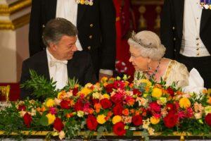 La reina Isabel II de Inglaterra habla con el presidente de Colombia, Juan Manuel Santos, en una cena de gala en el Palacio de Buckingham el 1 de noviembre de 2016, durante la visita de Estado del mandatario americano a Reino Unido Foto:Dominic Lipinski/afp.com