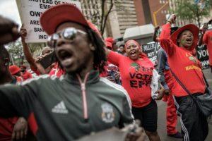 Unos militantes de los Combatientes por la Libertad Económica (EFF, izquierda radical) exigen la publicación de un informe anticorrupción el 2 de noviembre de 2016 ante el Alto Tribunal de Pretoria Foto:Gianluigi Guercia/afp.com
