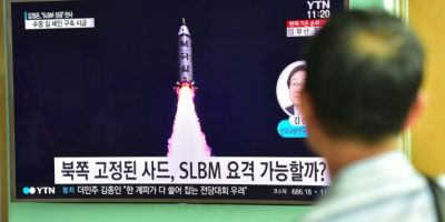 Un hombre ve por televisión una noticia sobre el lanzamiento de un misil balístico submarino por Corea del Norte, el 25 de agosto de 2016 en una estación de tren en Seúl Foto:Jung Yeon-Je/afp.com